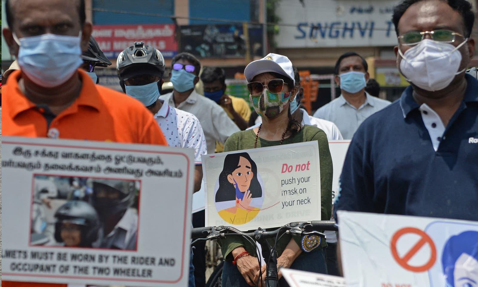 چنائی میں رضاکار کورونا وائرس سے متعلق آگاہی پھیلارہے ہیں—فوٹو: اے ایف پی