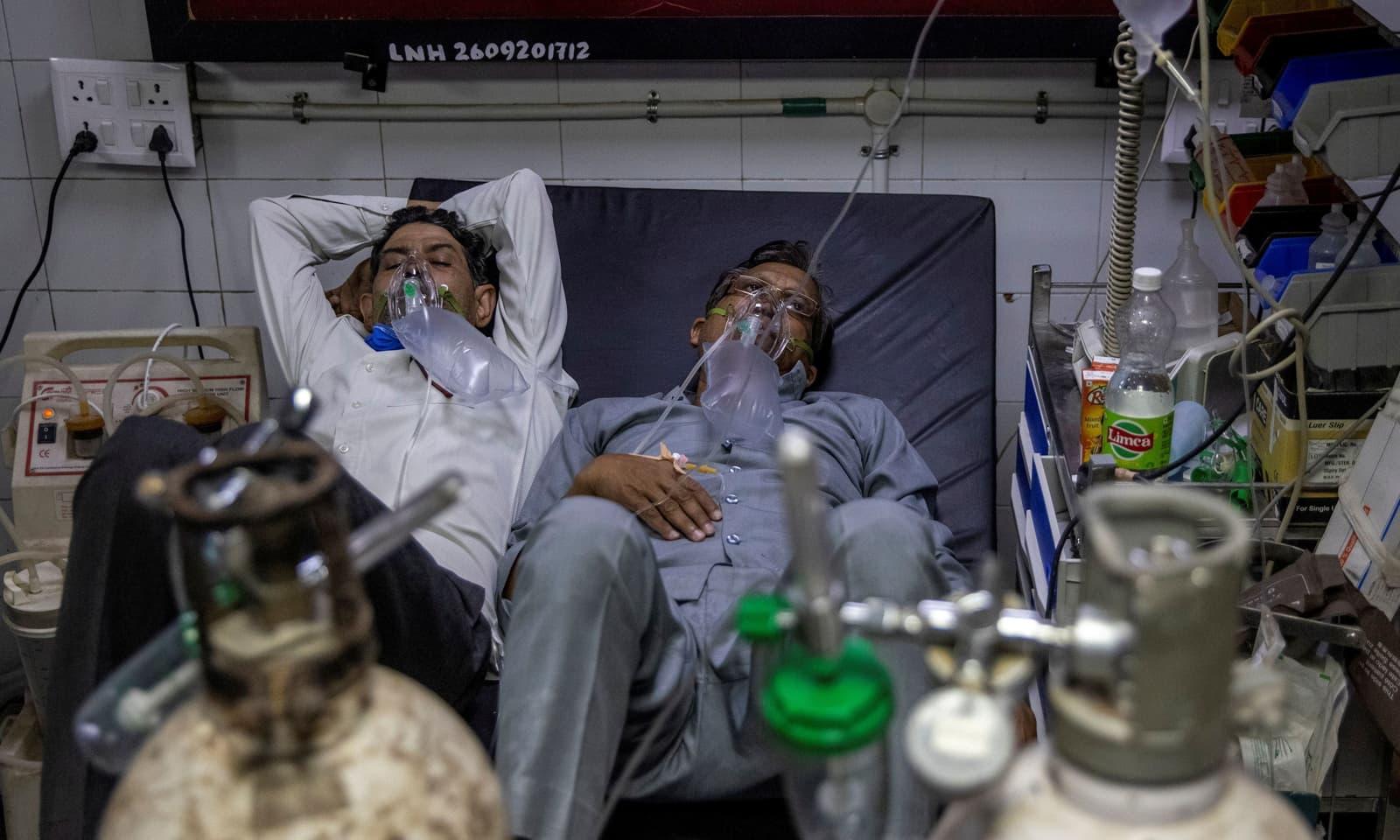 نئی دہلی کے ہسپتالوں میں مریضوں کے لیے جگہ کم پڑگئی—فوٹو: رائٹرز