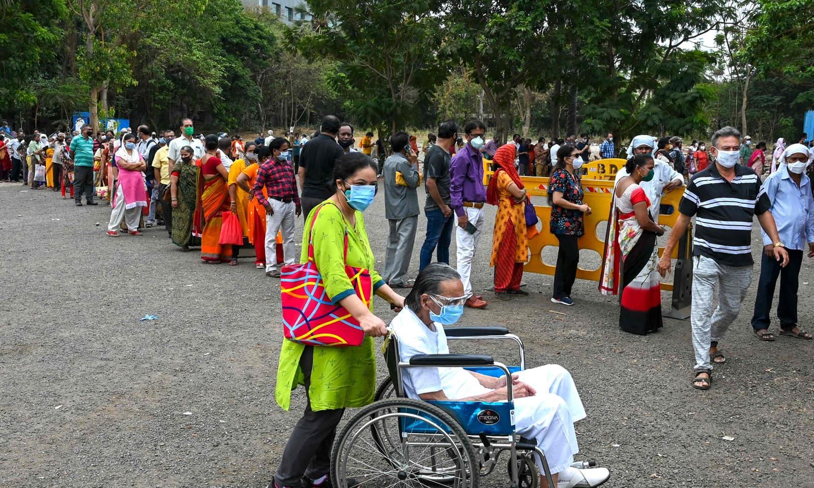 ممبئی میں کورونا وائرس ویکسین سینٹر کے باہر عوام کی ایک بڑی تعداد موجود ہے—فوٹو: اے ایف پی