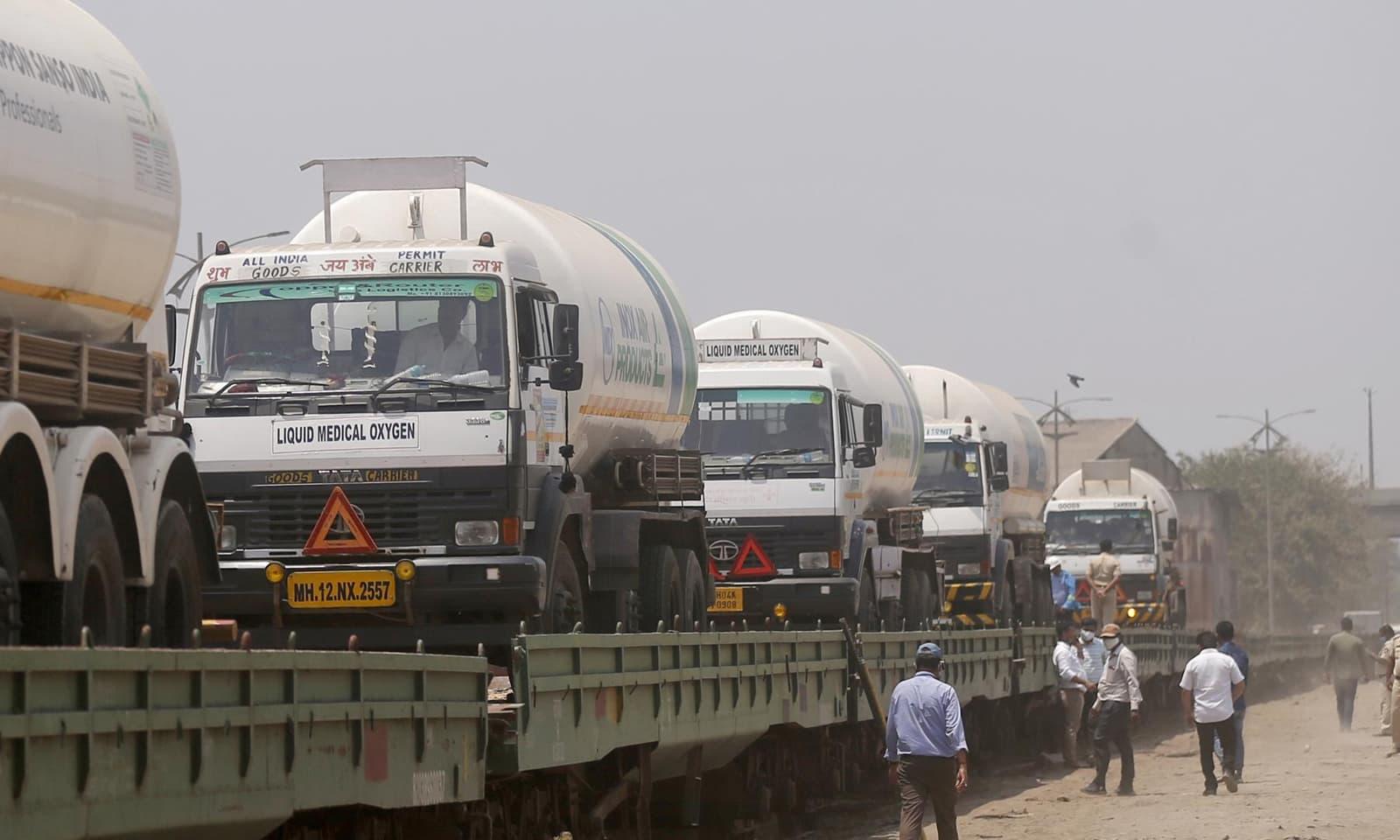 ممبئی میں دیگر ریاستوں سے لیکوئیڈ آکسیجن کے حصول کے لیے ٹینکرز بھیجے جارہے ہیں—فوٹو:اے پی