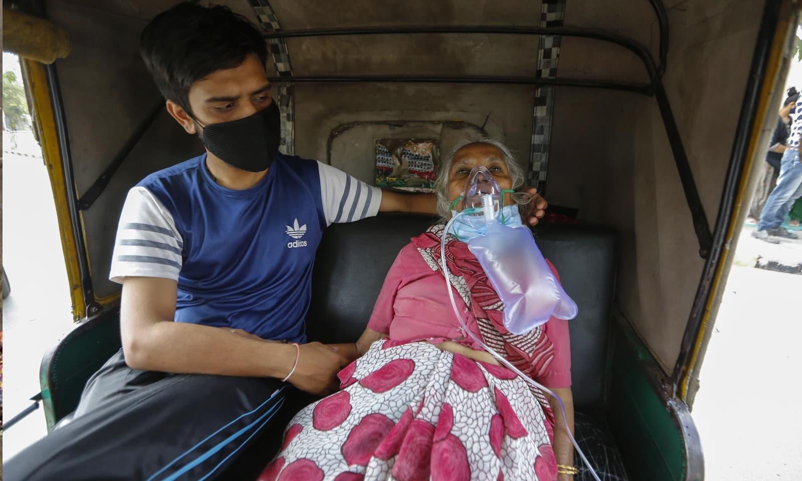 احمد آباد میں ایک بزرگ خاتون ہسپتال لے جانے کی منتظر ہیں —فوٹو:اے پی