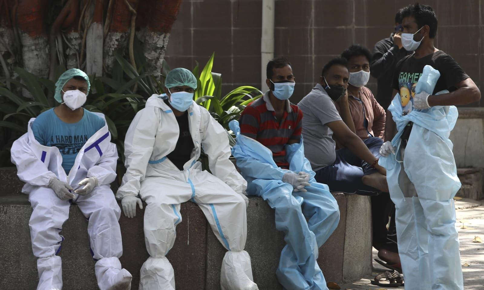 نئی دہلی میں وبا کا پھیلاؤ بے قابو ہونے سے طبی عملہ بہت زیادہ دباؤ کا شکار ہے —فوٹو:اے پی