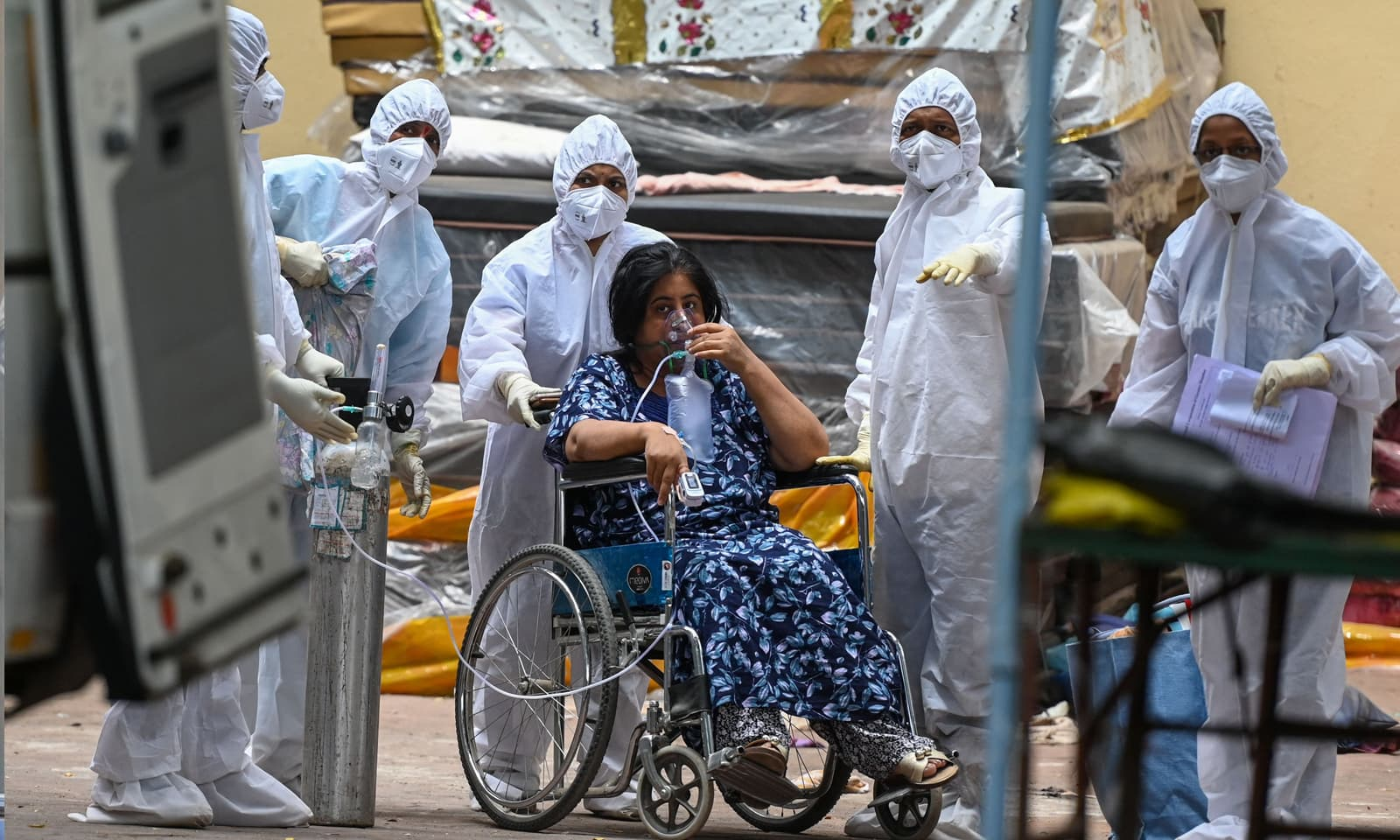 ممبئی کے ہسپتالوں میں آئی سی یوز میں بھی جگہ کم پڑنا شروع ہوگئی —فوٹو:اے ایف  پی