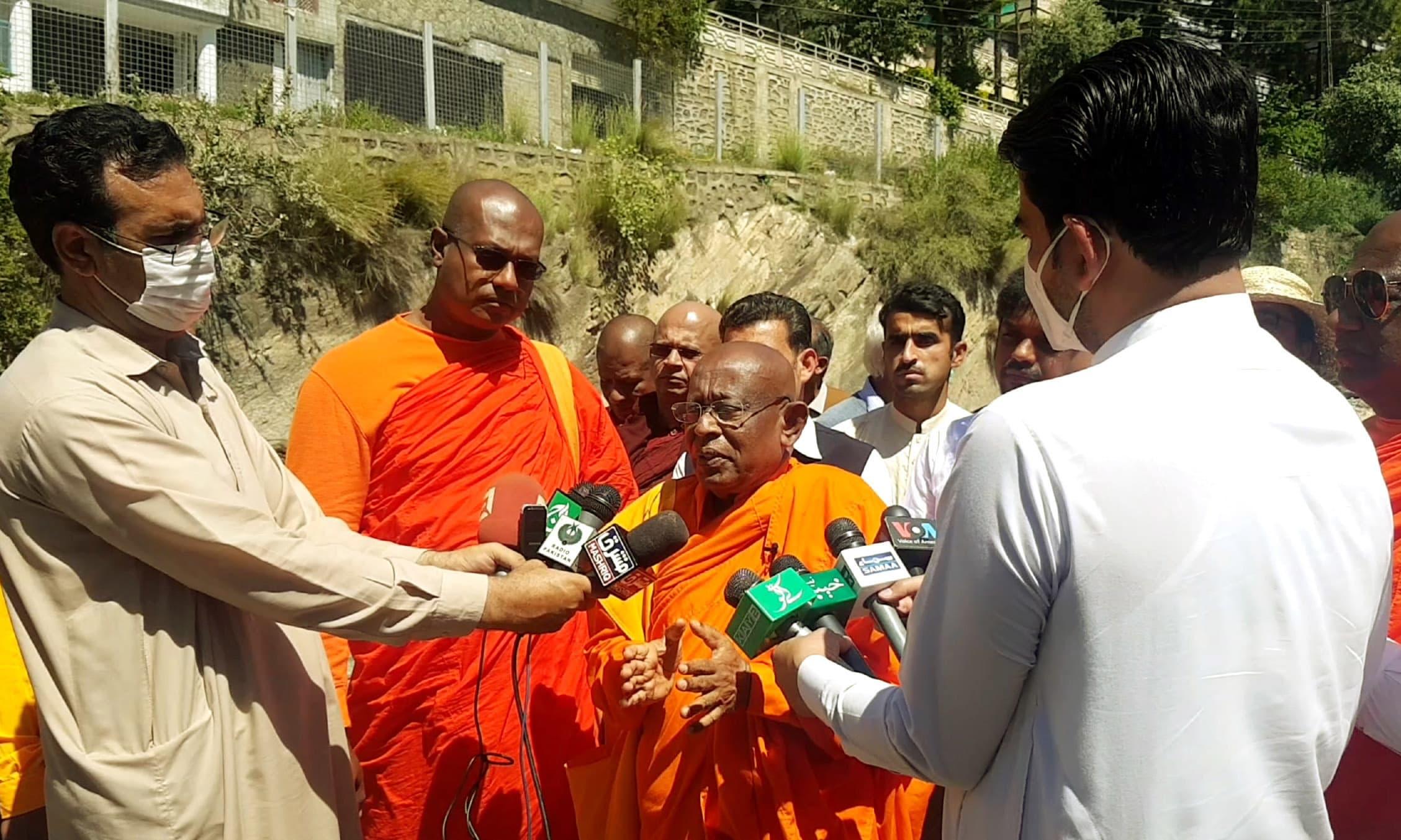 ڈاکٹر ولپولے پائنندانا میڈیا سے بات چیت کررہے ہیں—تصویر امجد علی سحاب