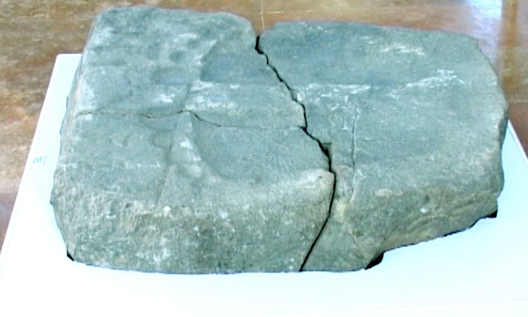 وہ پتھر جس پر بدھ مت مذہب ماننے والوں کے عقیدے کے مطابق گوتم بدھ کے پاؤں کے نشان ہیں—تصویر امجد علی سحاب