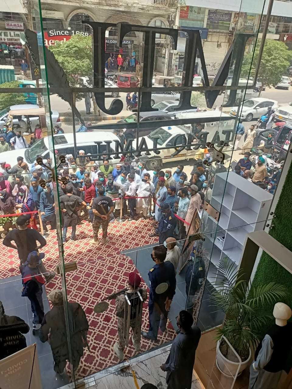 Maulana Tariq Jameel launches flagship store in Karachi - Style - Images