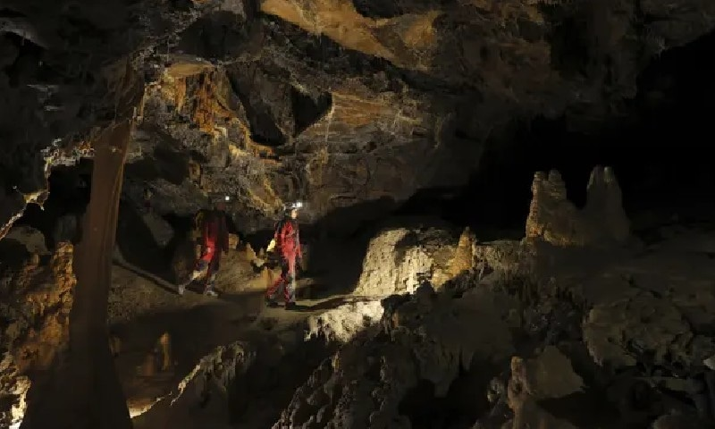 ایک تجربے کیلئے کئی ہفتے غار میں گزارنے والے افراد کو کیا تجربہ ہوا؟