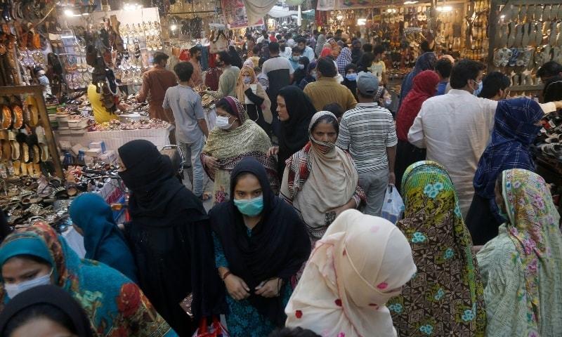 پولیس کی جانب سے پوش علاقوں میں کھلے بازاروں کو نظر انداز کیا جارہا ہے — فوٹو: اے پی
