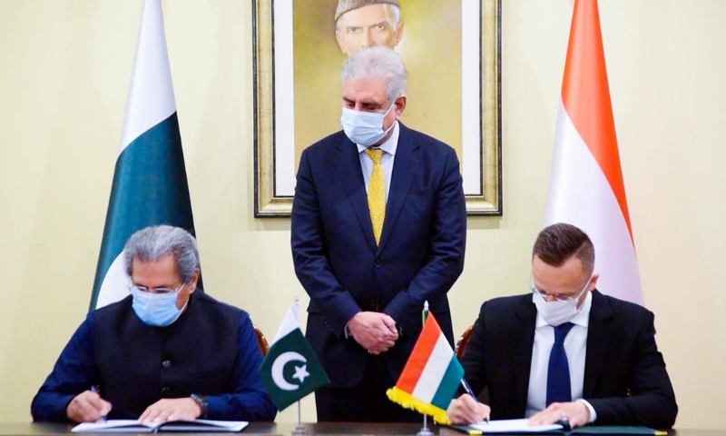 Education Minister Shafqat Mehmood and Hungary's Minister for Foreign Affairs and Trade Péter Szijjártó sign an MoU on Cooperation within the Framework of the Stipendium Hungaricum Programme 2020-22. — PID