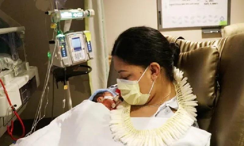 حمل سے لاعلم خاتون کے ہاں دوران پرواز بچے کی پیدائش