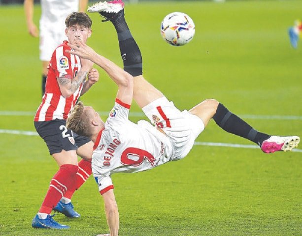 SEVILLE: Sevilla's Luuk De Jong attempts a bicycle kick during the La Liga match against Athletic Bilbao at the Ramon Sanchez Pizjuan stadium.—AFP