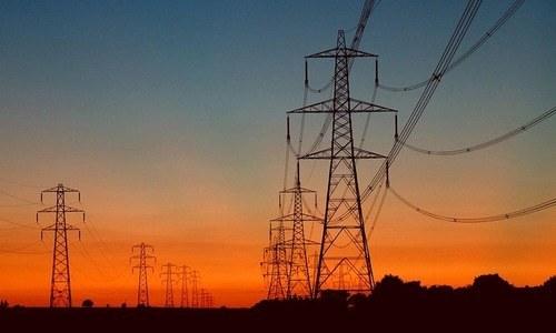 آئی پی پیز اپنی پیدا کردہ اور صارفین کی استعمال کردہ بجلی کے لیے رقم کا مطالبہ کر رہے ہیں — فائل فوٹو: اے ایف پی