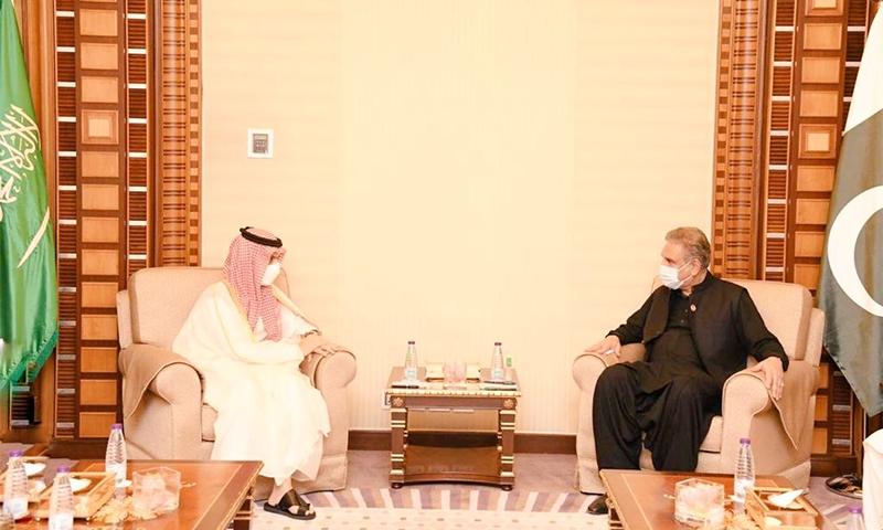 وزیر خارجہ شاہ محمود قریشی اپنے سعودی ہم منصب شہزادہ فیصل بن فرحان سے ملاقات کے دوران اظہار خیال کررہے ہیں— فوٹو بشکریہ ٹوئٹر/ وزارت اطلاعات