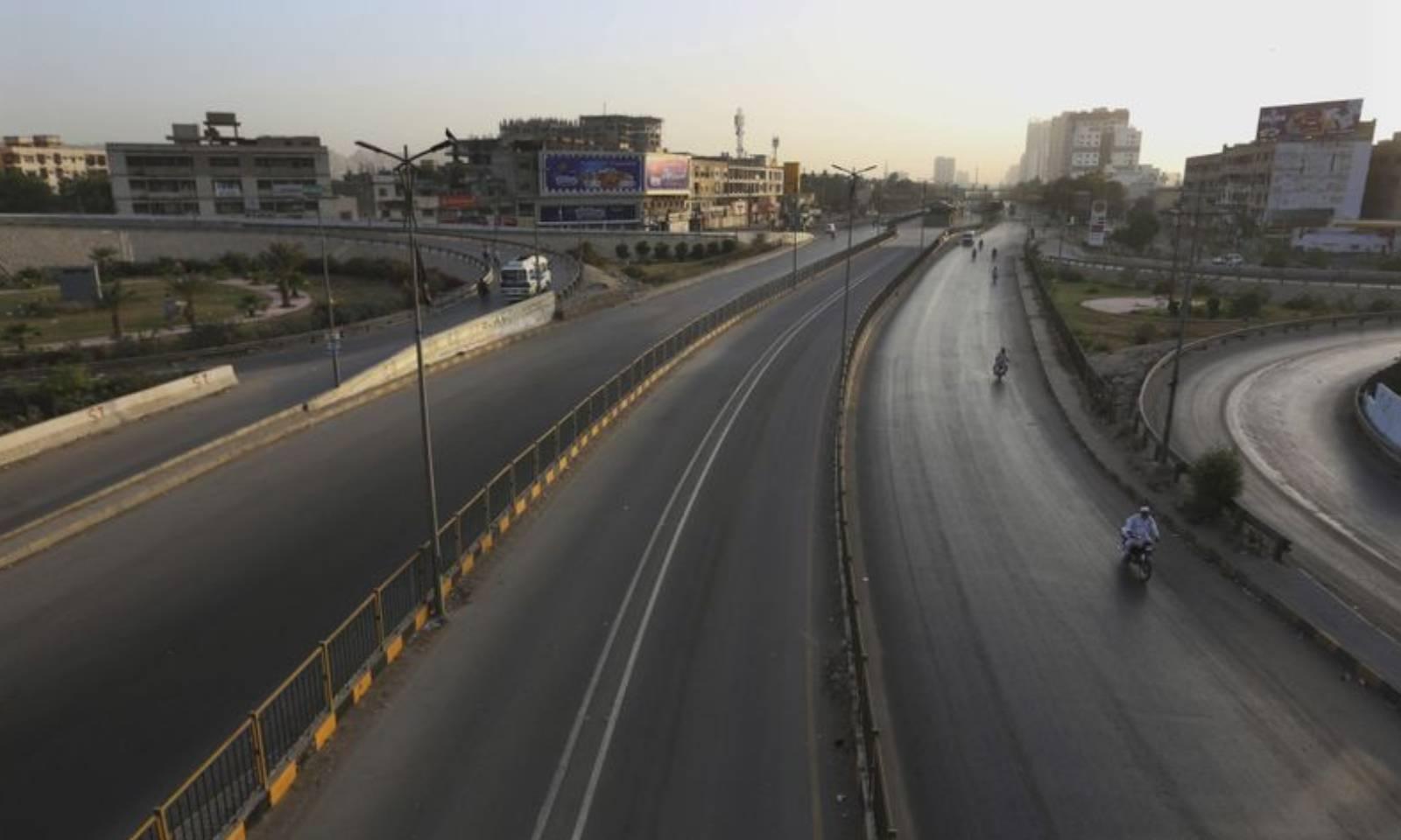لاک ڈاؤن کے باعث کراچی کی سڑکیں ویران ہیں—فوٹو: اے پی