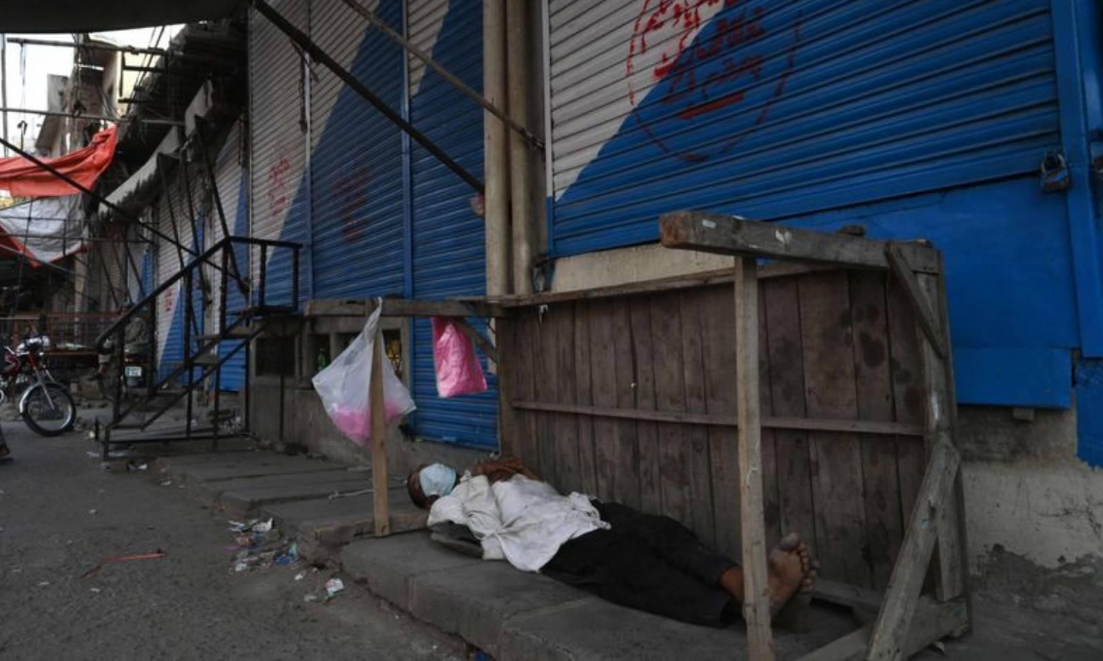 این سی او سی کے اعلان کے مطابق 16 مئی تک لاہور کی بھی تمام مارکیٹیں اور بازار بند  رہیں گی —فوٹو: اے ایف پی