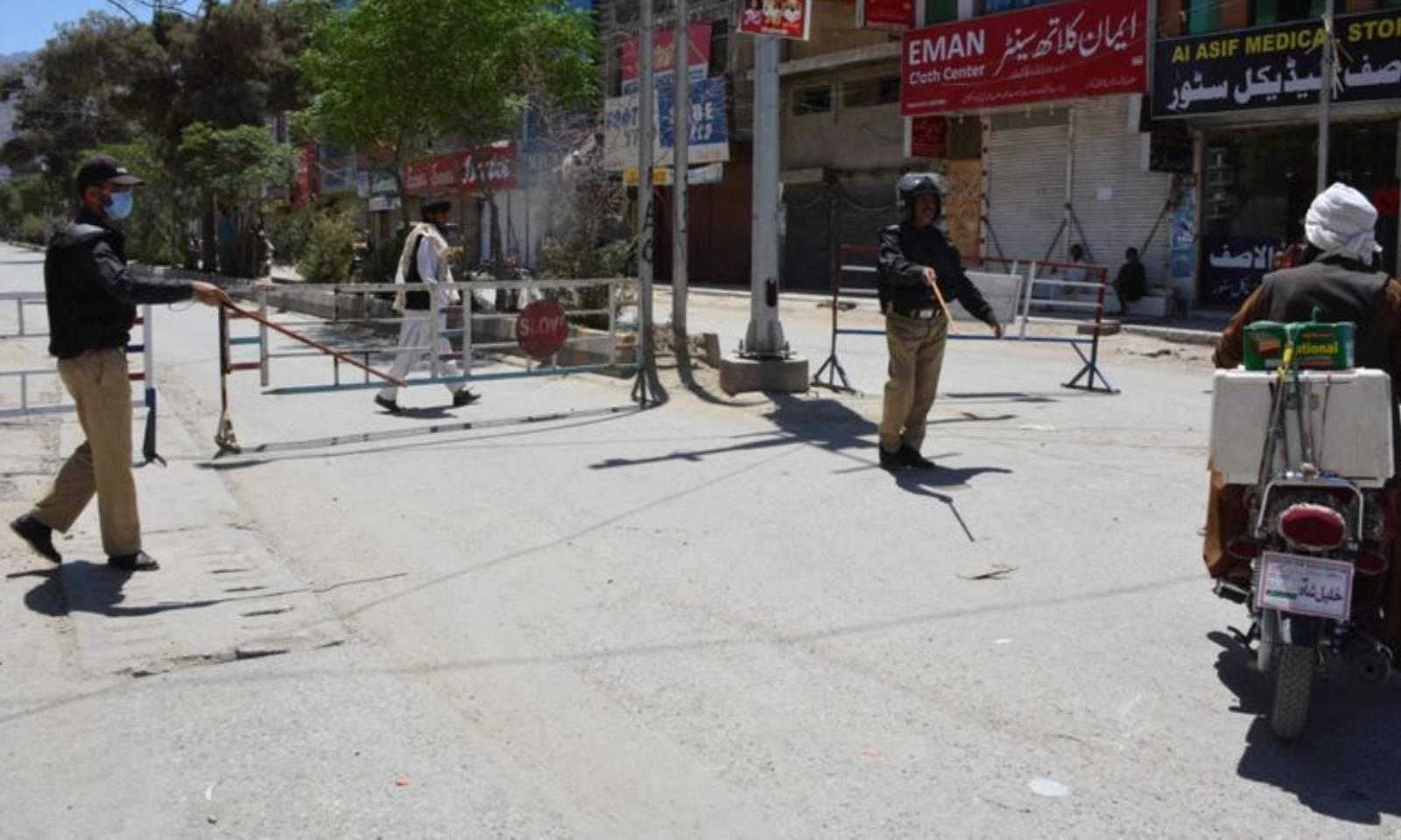 کوئٹہ میں پولیس کی جانب سے ایس او پیز پر بھی سختی سے عمل کروایا جارہا ہے—فوٹو: اے ایف پی