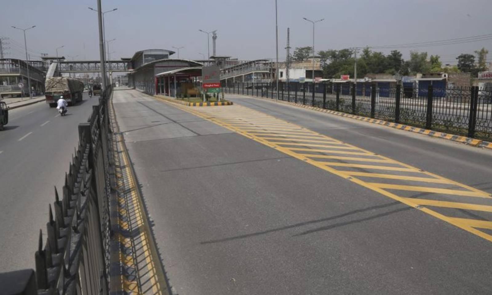 بین الصوبائی، اندرونِ شہر اور شہروں کے درمیان چلنے والی ٹرانسپورٹ پر پابندی ہے—فوٹو: اے  پی