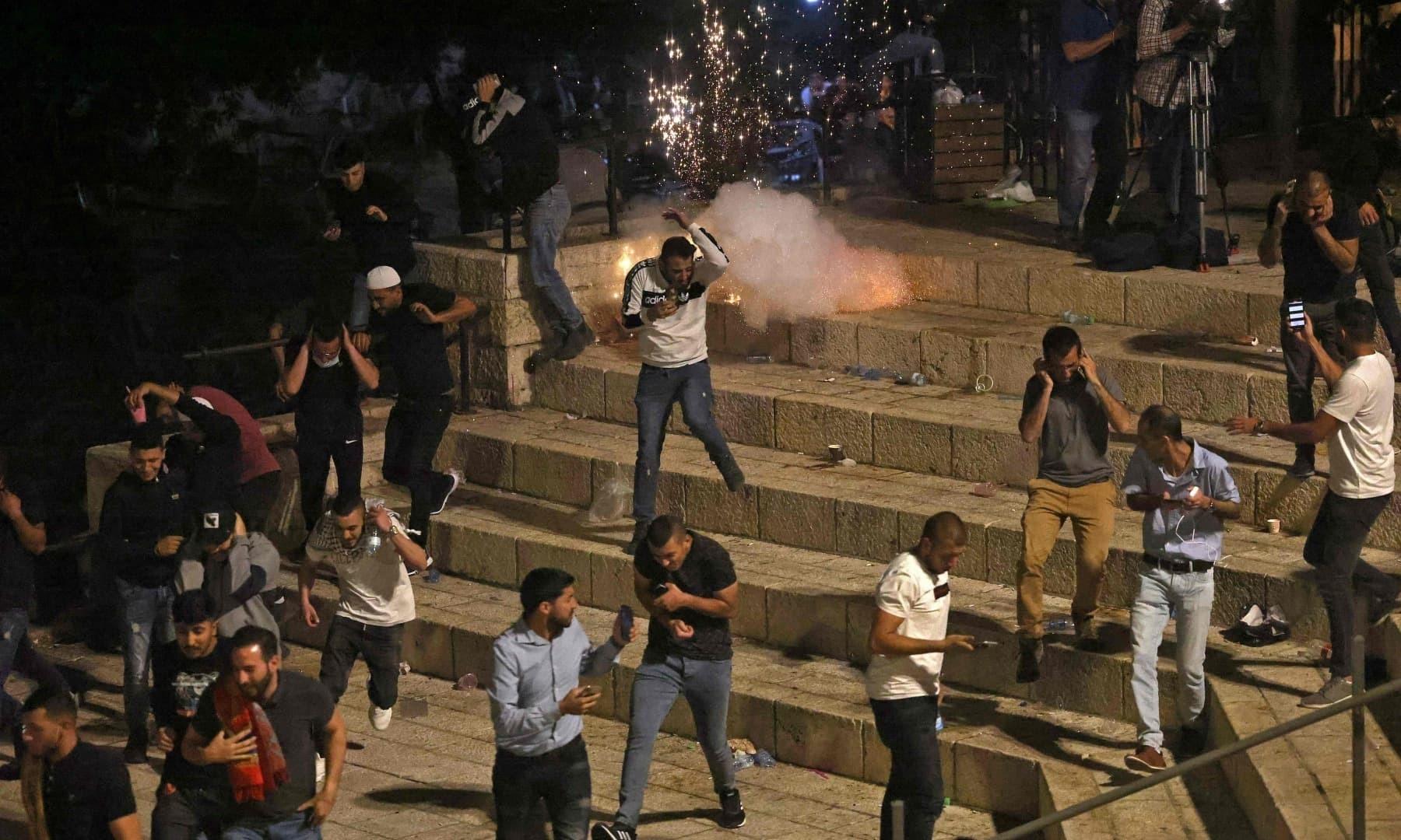 یروشلم کے دمشق گیٹ پر اسرائیلی فورسز نے آنسو گیس اور ربر کی گولیاں برسائیں—فوٹو: اے ایف پی