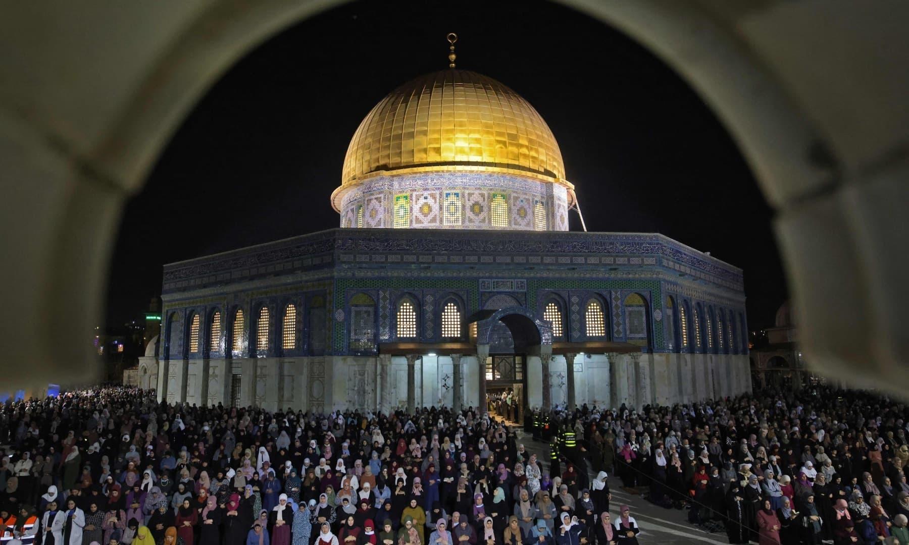 ہزاروں فلسطینیوں نے مسجد اقصیٰ میں رمضان کی 27 ویں شب کی مناسبت سے عبادات کیں—فوٹو: اے ایف پی