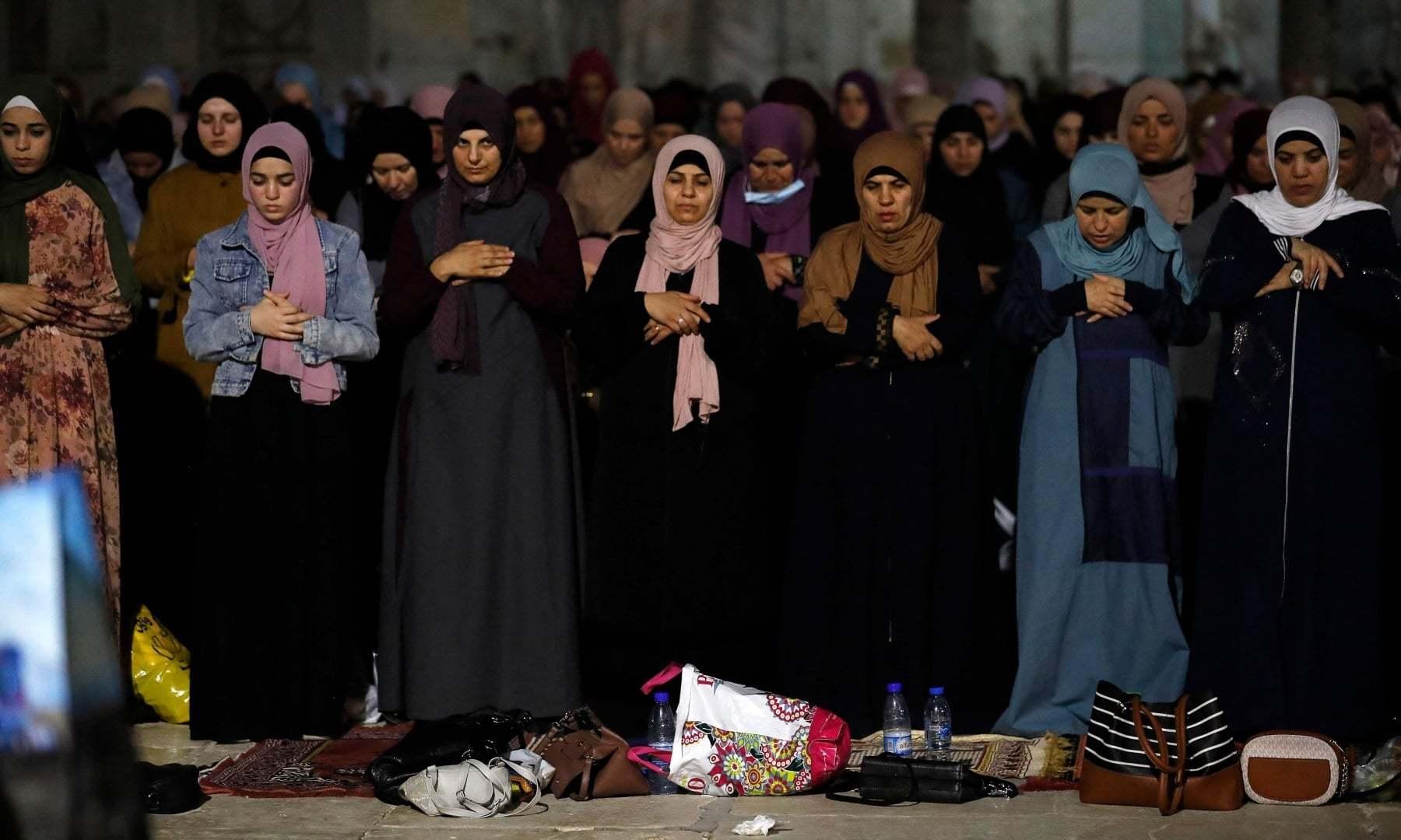 فلسطینی خواتین کی بڑی تعداد بھی مسجد اقصیٰ کے احاطے میں موجود تھیں—فوٹو: اے ایف پی