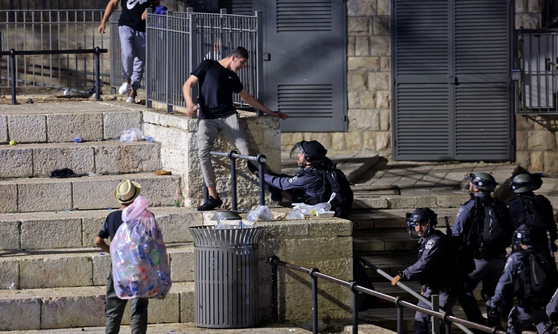 اسرائیلی فورسز نے کئی نوجوانوں کو حراست میں بھی لیا—فوٹو: اے ایف پی