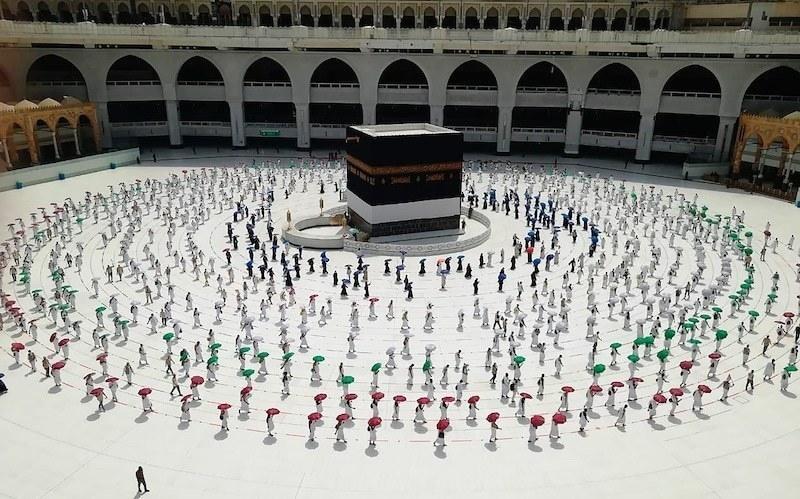 سعودی ریاست زائرین کی صحت اور حفاظت کو یقینی بنائے گی اور انہیں اپنا مذہبی فریضہ پورا کرنے کا اہل بنائے گی۔ — فائل فوٹو:اے پی