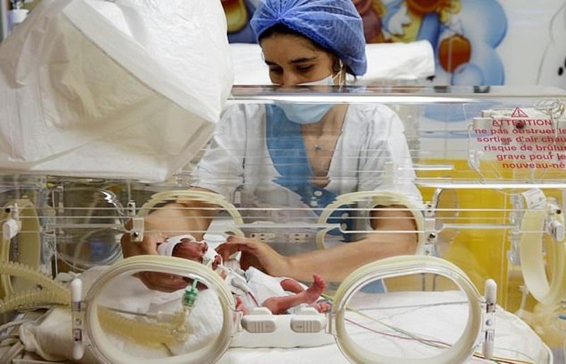 خاتون اور ان کے بچے چند ماہ تک ہسپتال میں ہی رہیں گے—فوٹو: رائٹرز