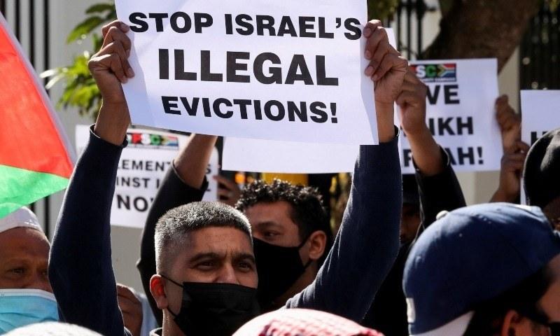 جنوبی افریقہ میں ایک شخص فلسطینیوں کی جبراً بے دخلی کے خلاف اھتجاج کررہا ہے—