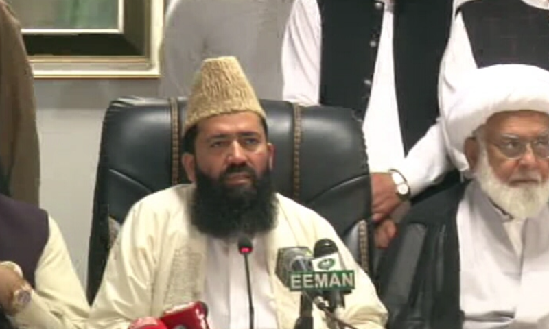 Central Ruet-i-Hilal Committee chairman Maulana Abdul Khabeer Azad (centre) speaks to the media after the meeting on Wednesday. — DawnNewsTV