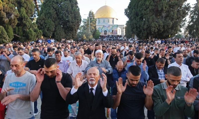 فلسطینی مسلمان مسجد الاقصیٰ کے قریب نماز عید ادا کرتے ہوئے—فوٹو: اے ایف پی