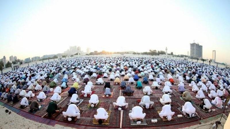 یو اے ای میں پر فضا مقامات پر نماز عید کے اجتماعات ہوئے—فوٹو: خلیج ٹائمز