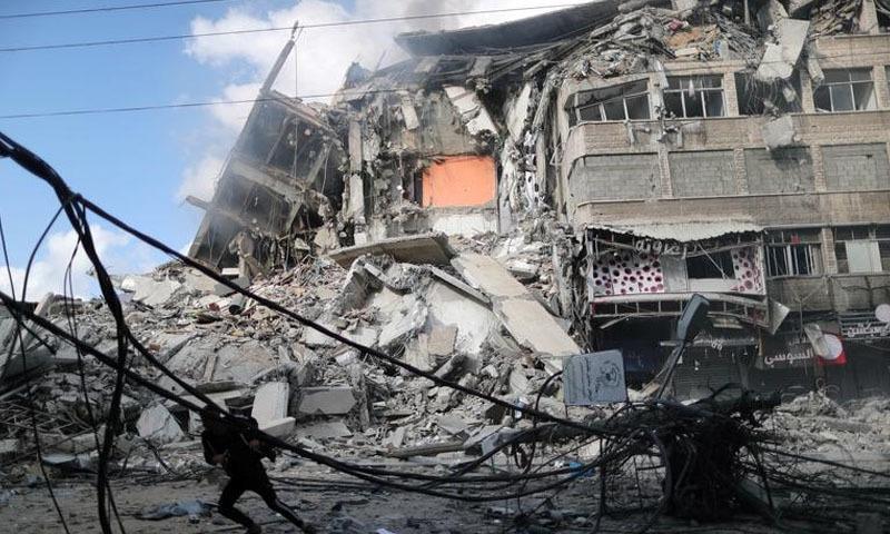 اسرائیلی افواج فضائی حملوں کے علاوہ غزہ میں بھاری گولہ بارود بھی برسا رہی ہیں—تصویر: رائٹڑز