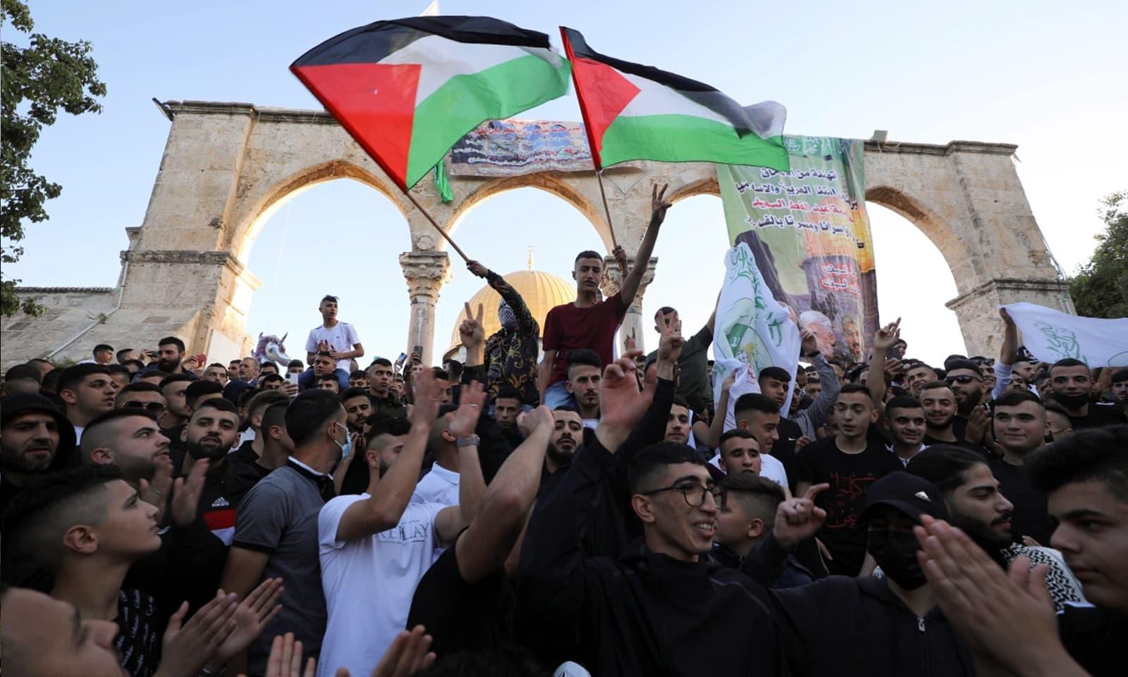 عیدالفطر کے موقع پر مسجدالاقصیٰ میں فلسطین کا پرچم لہرایا جارہا ہے —فوٹو: رائٹرز