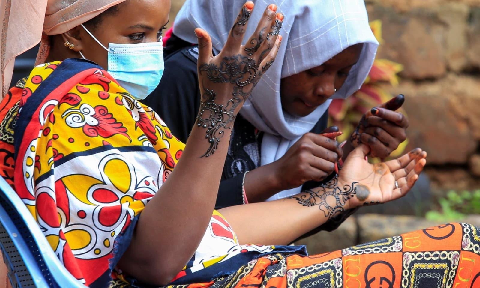 کینیا میں بھی خواتین ہاتھوں پر مہندی لگاتی نظر آئیں—فوٹو: رائٹرز