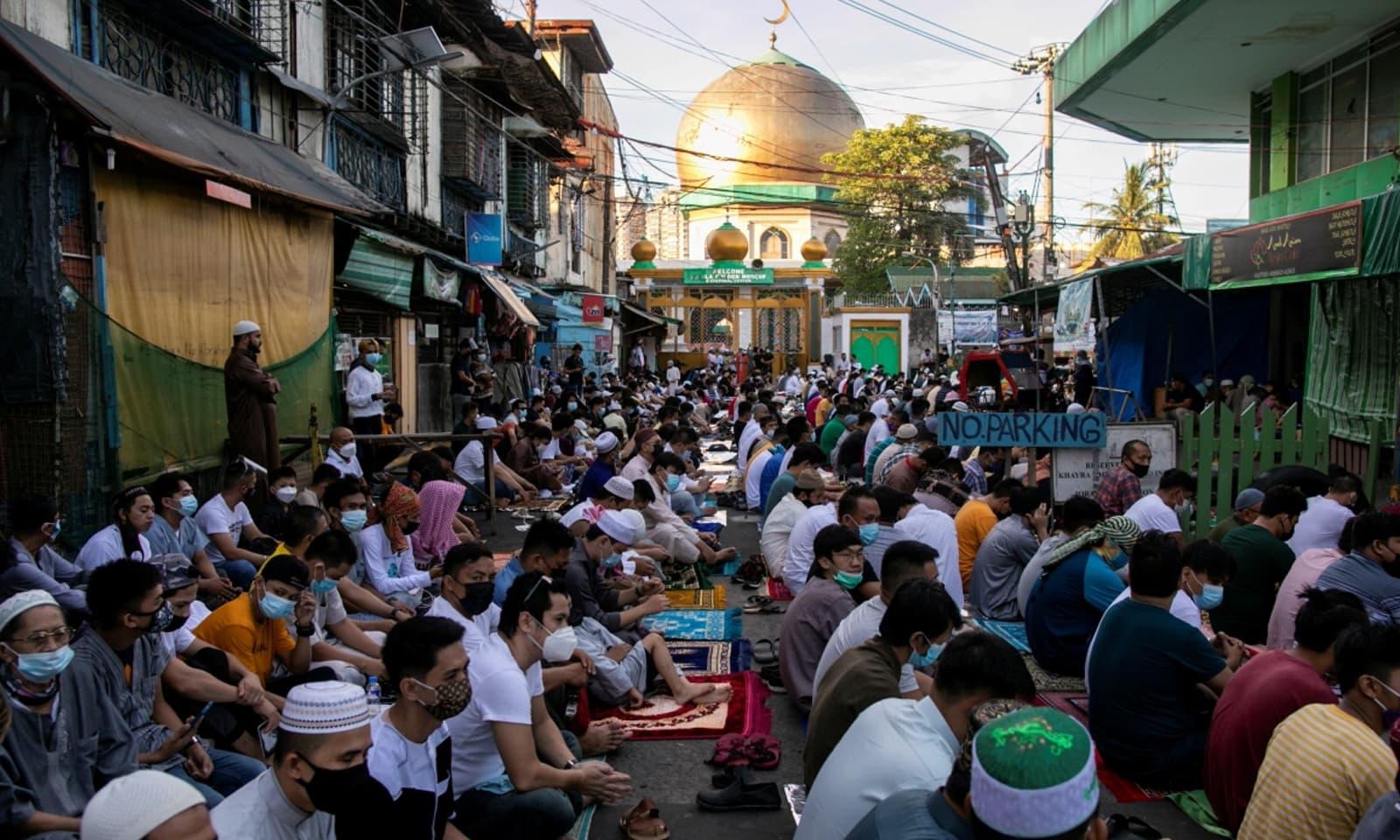 فلپائن میں بھی لوگوں نے ماسکس پہن کر عید کی نماز ادا کی  —فوٹو: رائٹرز