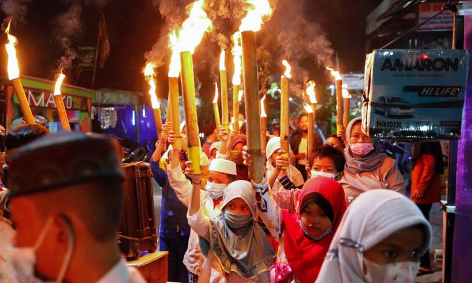 جکارتا میں عید کے موقع پربچوں نے روایتی پریڈ کی  —فوٹو: رائٹرز
