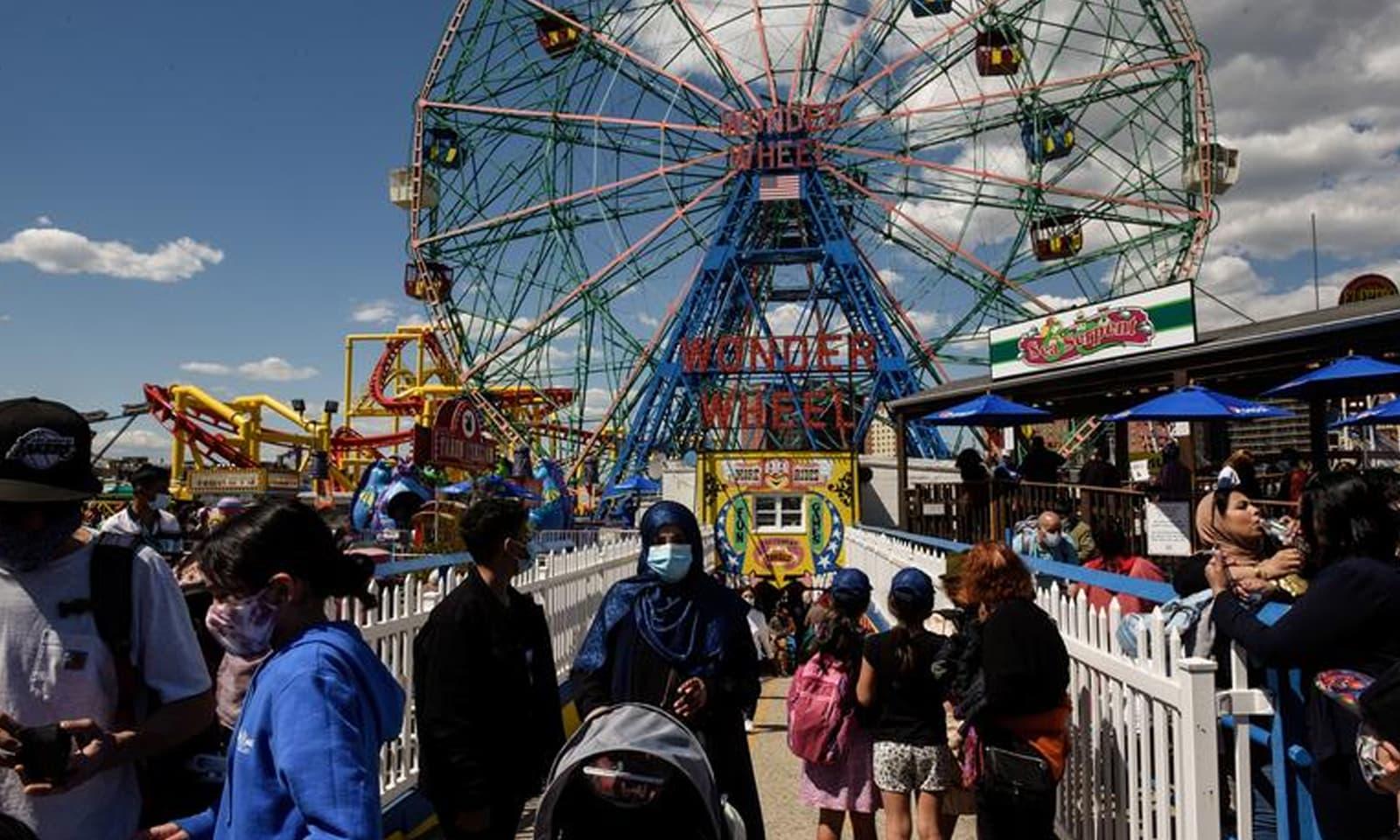 نیویارک میں لوگوں نے عید کے موقع پر تفریحی مقامات کا رخ کیا  —فوٹو: رائٹرز