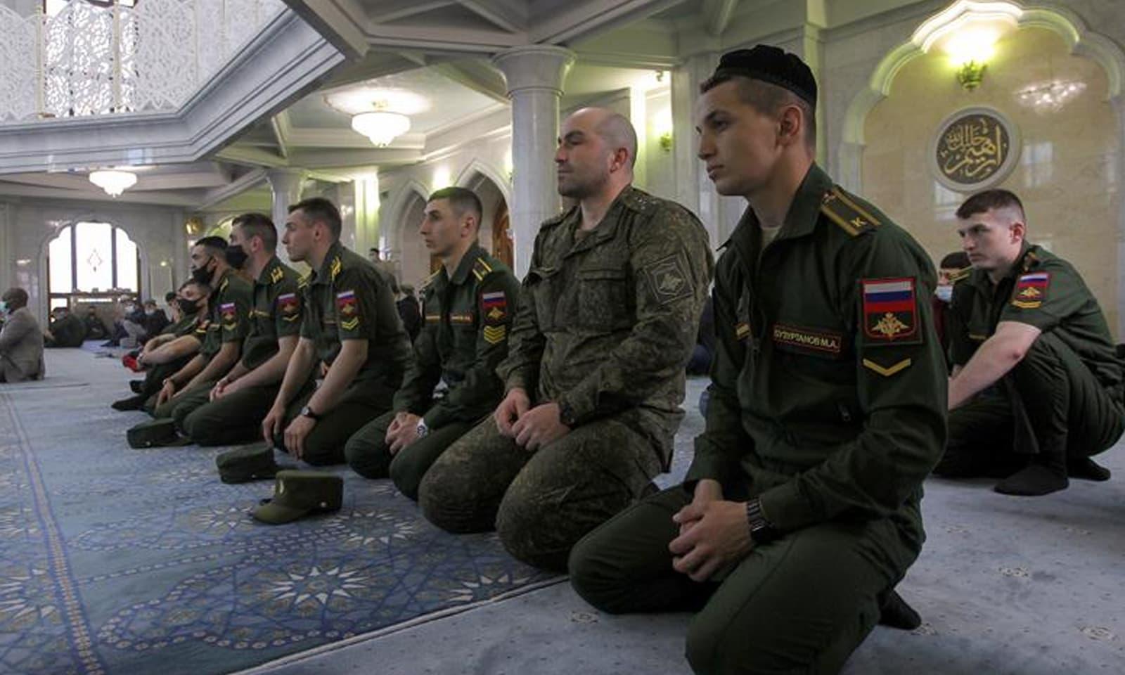 روسی شہر کازان میں روسی سروس اہلکار اور کیڈٹس عیدالفطر کی نماز میں شریک ہیں—فوٹو: رائٹرز