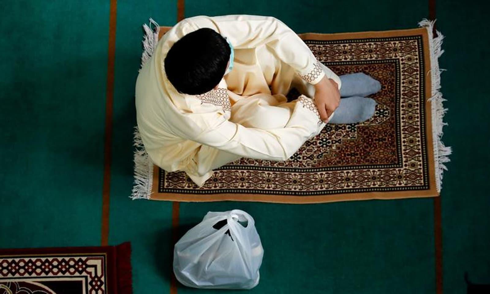 برطانیہ میں بھی مسلمانوں نے سماجی فاصلے کے ساتھ عید منائی —فوٹو: رائٹرز
