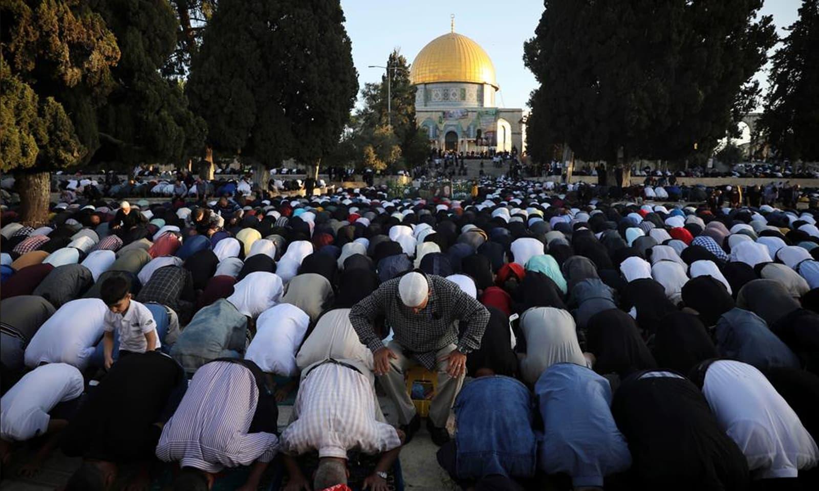 مسجد الاقصیٰ میں فلسطینی شہریوں کی ایک بڑی تعداد نماز عید میں شریک ہوئی —فوٹو: اے پی