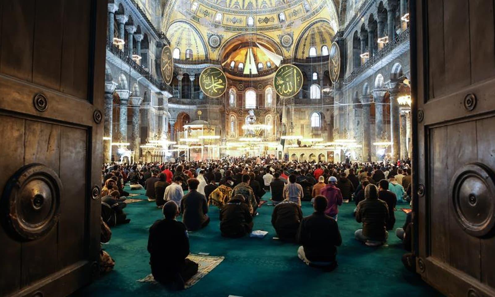 استنبول میں واقع بازنطینی دور کی یادگار آیا صوفیہ میں 87 برس بعد عید کی نماز ادا کی گئی —فوٹو: انادولو ایجنسی