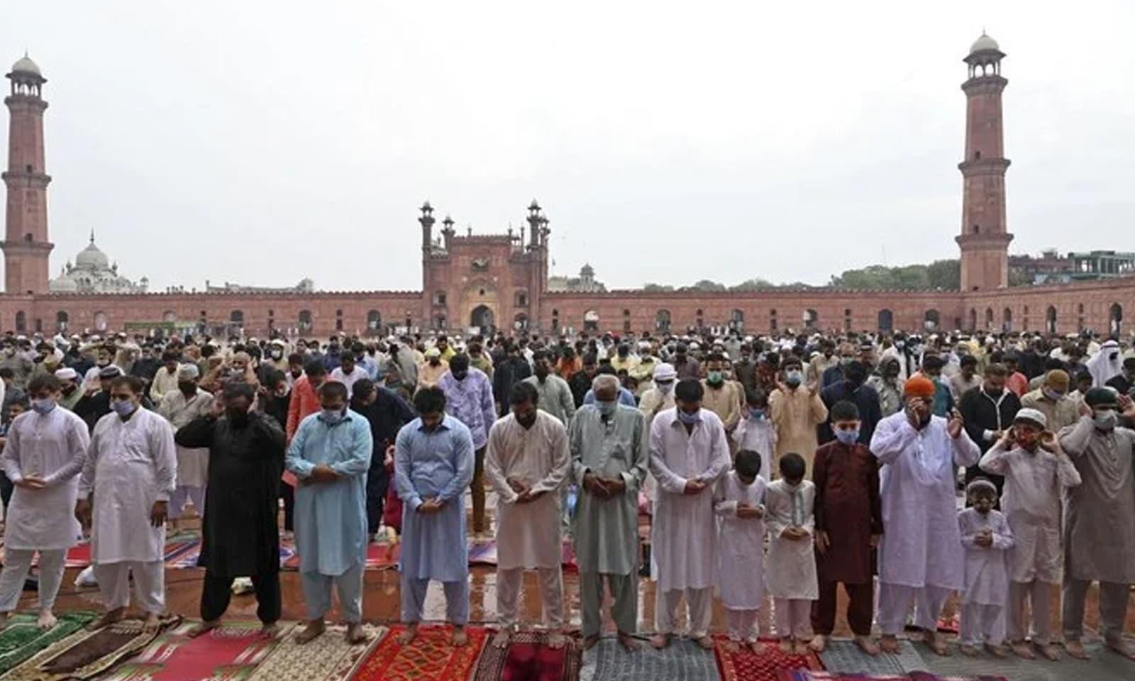 بادشاہی مسجد لاہور میں بھی عوام نے عید کی نماز ادا کی —فوٹو: اے پی