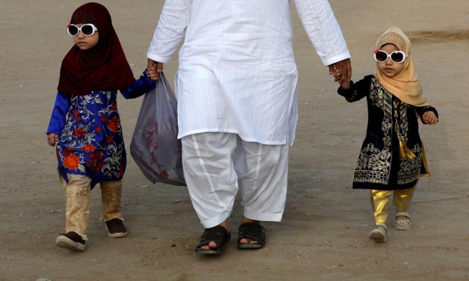 عید کے موقع پر بچوں نے رنگ برنگے ملبوسات پہنے نظر آئے—فوٹو: رائٹرز