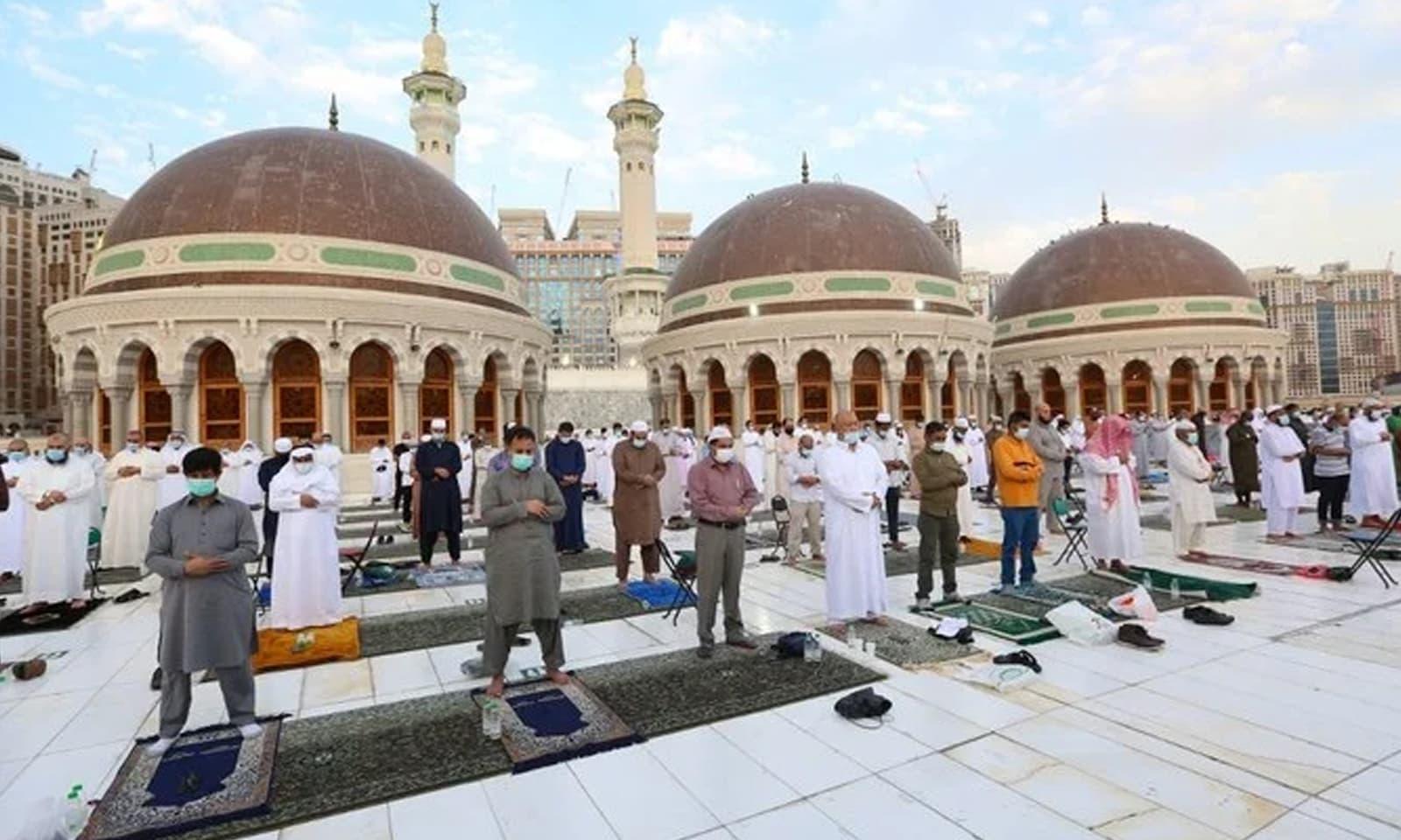 سعودی عرب میں بھی سماجی فاصلے کے ساتھ عید کی نماز ادا کی گئی—فوٹو: اے ایف پی
