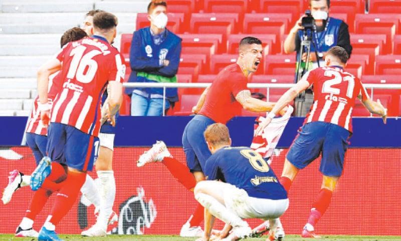 MADRID: Atletico Madrid's Luis Suarez (C) celebrates with team-mates after scoring the late winner during the La Liga match against Osasuna at the Wanda Metropolitano Stadium.—Reuters