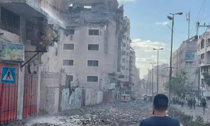 قطری ہلال احمر غزہ میں امدادی کاموں میں مصروف ہے—فوٹو: بشکریہ الجزیرہ