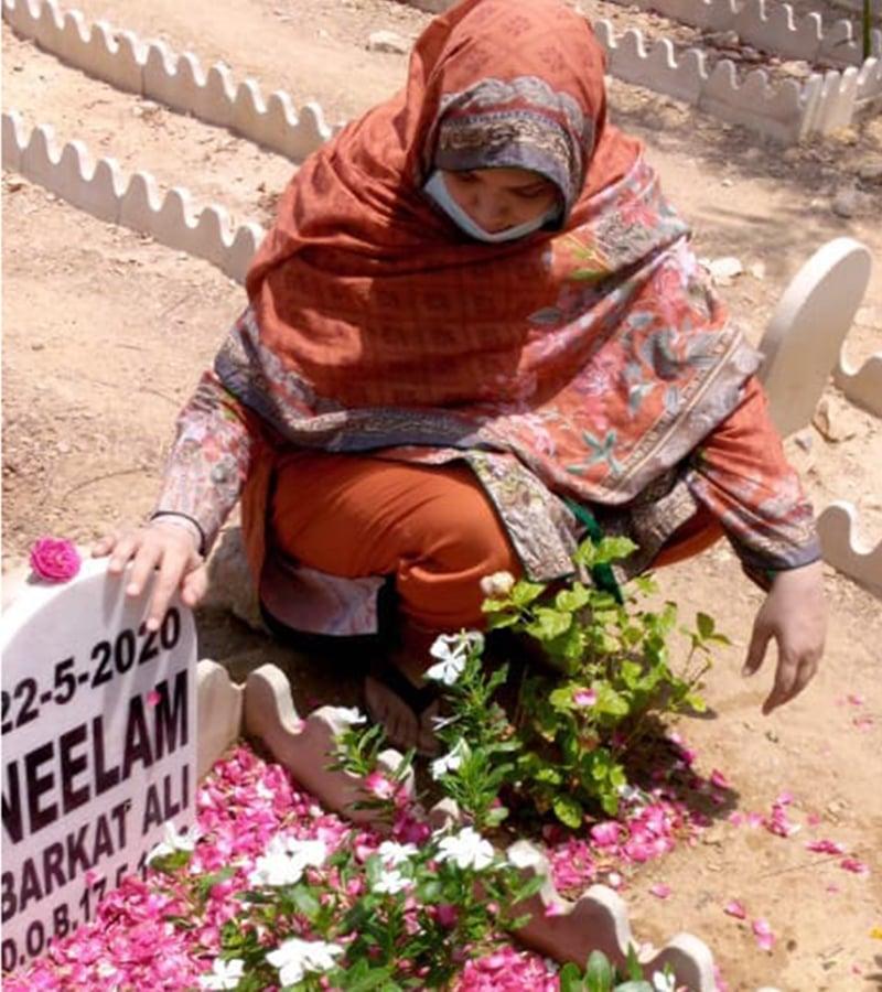 الماس اپنی بیٹی نیلم کی قبر پر