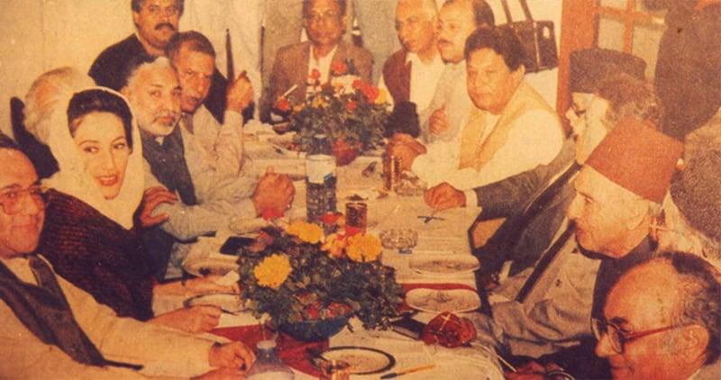 ایم آ رڈی کے ایک اجلاس کا منظر: تصویر میں بینظیر بھٹو، معراج محمد خان، نوابزادہ نصراللہ خان، فتحیاب علی خان، بی ایم کٹی اور دیگر رہنما نظر آرہے ہیں۔ —تصویر بشکریہ سہیل سانگی