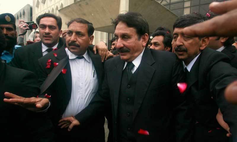 جنرل پرویز مشرف کے دور میں چلنے والی وکلا تحریک میں ساری ہی اپوزیشن جماعتیں شامل تھیں—رائٹرز