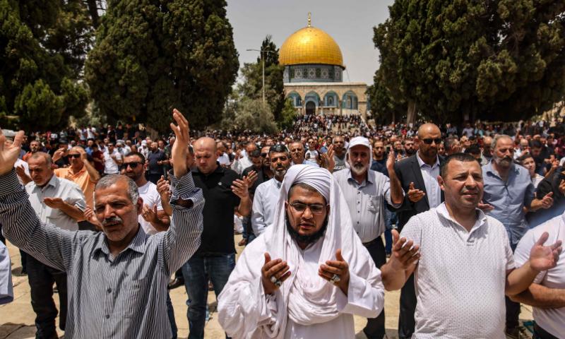 فلسطین میں ہزاروں مسلمانوں نے جنگ بندی کے بعد جمعہ کو مسجد اقصیٰ میں نماز جمعہ ادا کی— فوٹو: اے ایف پی